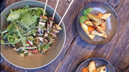 salat-mit-gemc3bcsespiec39fe-in-brc3bcssel-st-cath-e1516745242213.jpg