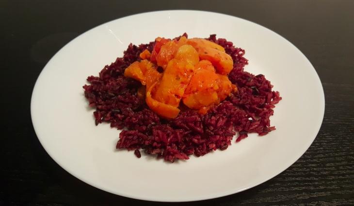 Kürbistomaten auf Schwarzer Reis